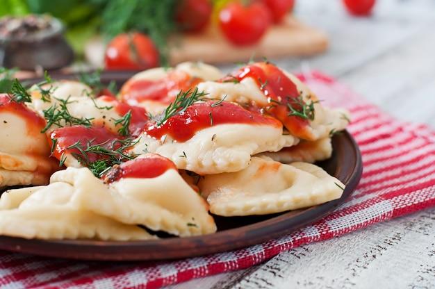 Вкусные равиоли с томатным соусом и укропом