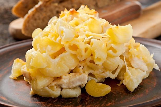 オーブンで焼いたチーズ、チキン、マッシュルーム入りマカロニ