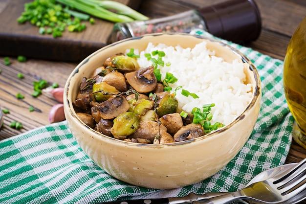 Веганское меню. диетическое питание рис отварной с грибами и брюссельской капустой по-азиатски.