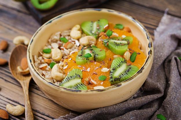 フルーツ、ベリー、ナッツ入りの美味しくヘルシーなオートミールのお粥。健康的な朝食。適切な栄養