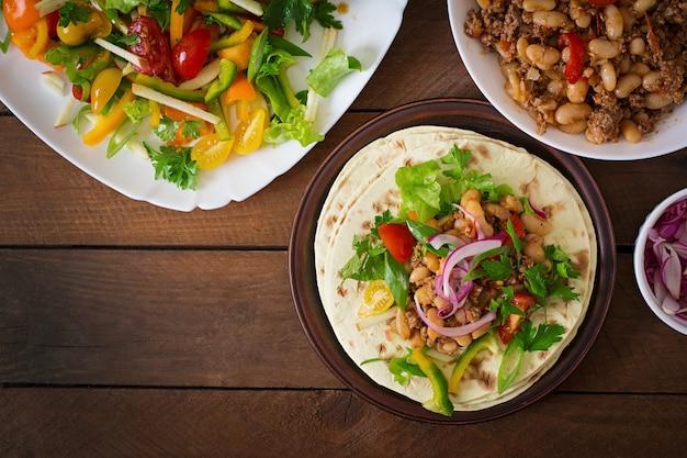 肉、豆、サルサとメキシコのタコス