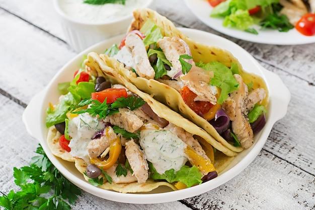 チキン、ピーマン、黒豆、新鮮な野菜とメキシコのタコス