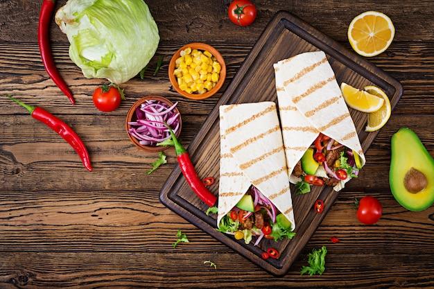 牛肉のトマトソースとアボカドサルサのメキシコタコス。平干し。上面図