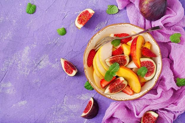 イチジク、桃、梨、イチゴとのビーガンサラダ