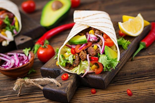 トマトソースとアボカドサルサのビーフとメキシコのタコス