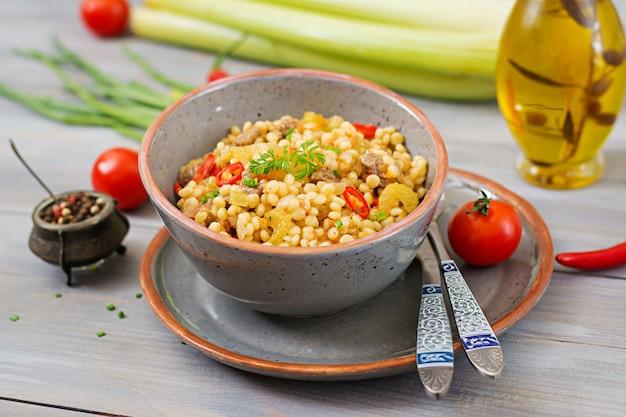 Каша из турецкого кускуса с говядиной и овощами. диетическое меню.