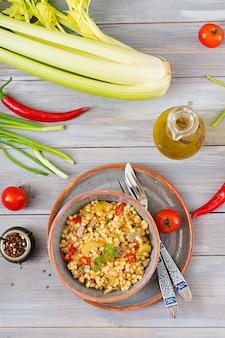 Каша из турецкого кускуса с говядиной и овощами. диетическое меню. вид сверху.
