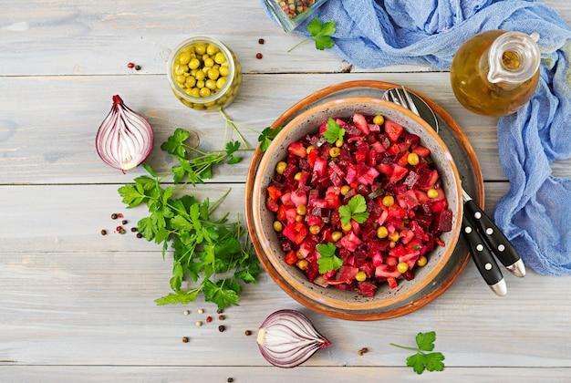Свекольный салат - винегрет. веганская кухня. диетическое меню. вид сверху.