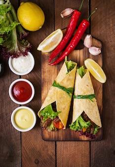 牛肉と野菜のグリル(パプリカ、赤玉ねぎ、トマト)のメキシコのファヒータ。上面図