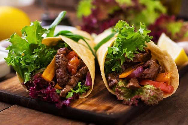 牛肉と野菜のグリル(パプリカ、赤玉ねぎ、トマト)のメキシコのファヒータ。