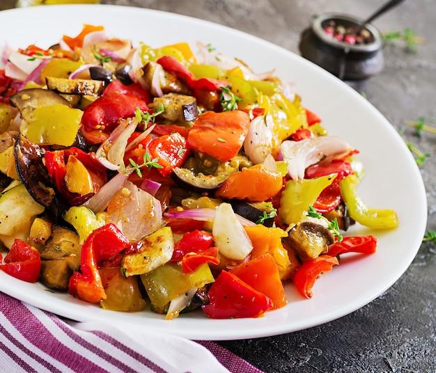 白い皿に焼き野菜。ナス、ズッキーニ、トマト、パプリカ、玉ねぎ