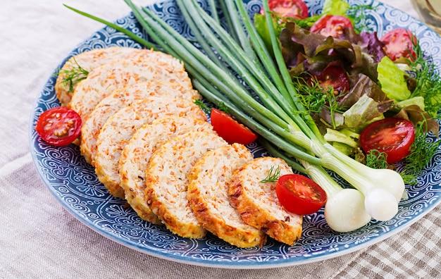 Рулет из куриного мяса с луком и морковью. здоровый рулет.