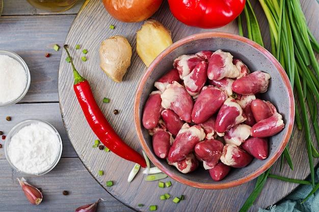 Сырые куриные сердечки. ингредиенты для приготовления жареной и гречневой лапши. китайская кухня. вид сверху