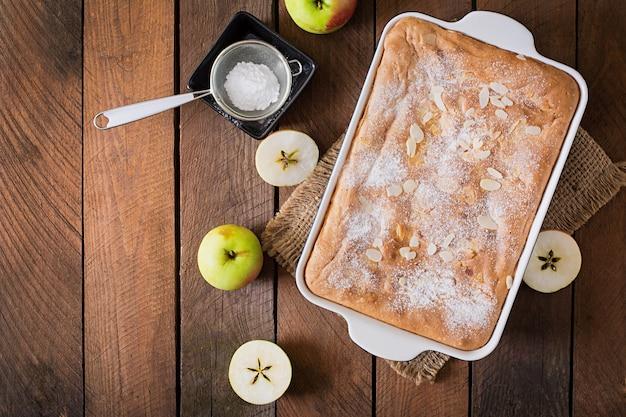 アーモンドの花びらと粉砂糖が入ったアップルパイ「シャーロット」