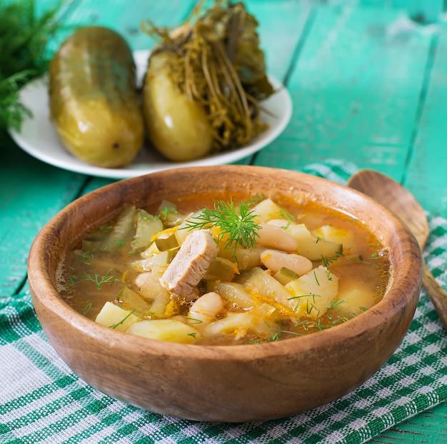 Суп с маринованными огурцами и фасолью в украинском стиле