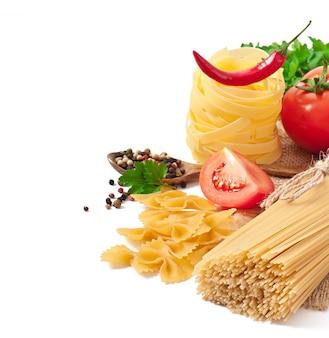 パスタスパゲッティ、野菜、スパイスを白で隔離
