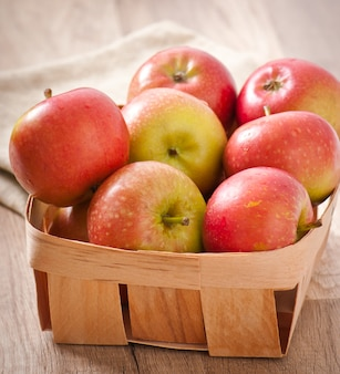 木製の表面に熟した赤いリンゴ