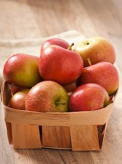 熟した赤いリンゴ