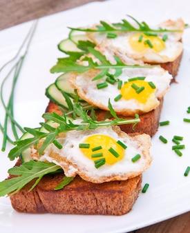 マスタードとチーズソースと卵のパンのスライス