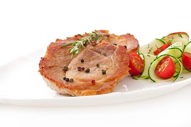 Стейк из мяса с овощным салатом