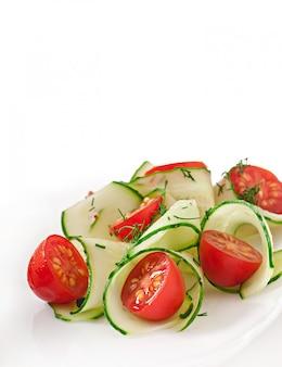 Свежий салат с помидорами и огурцами