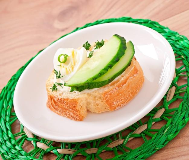 ゆで卵とキュウリのサンドイッチ
