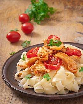 Паста тальятелле с помидорами и курицей