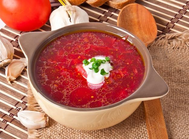 ウクライナとロシアの国の赤いスープボルシチのクローズアップ