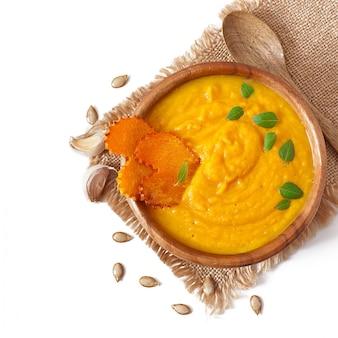 Крем из тыквенного супа в деревянной миске