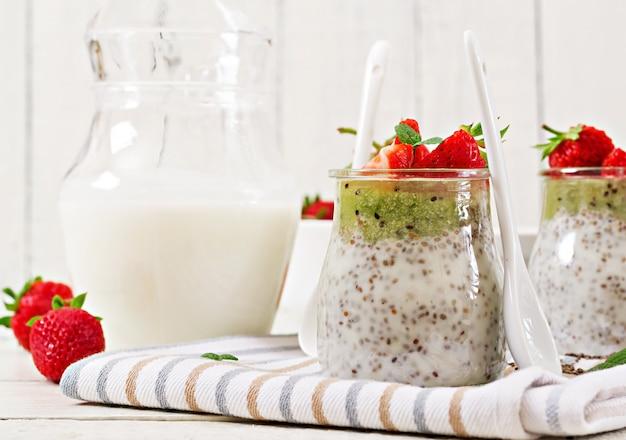 イチゴとキウイのビーガンココナッツミルクチアシードプディング。