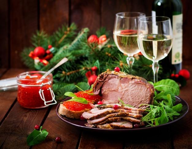 焼きたてのハムと赤キャビア、古い木製のテーブルで提供しています。