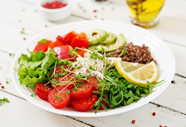 キノア、豆腐チーズ、新鮮な野菜を使ったベジタリアンの仏像ボウル。