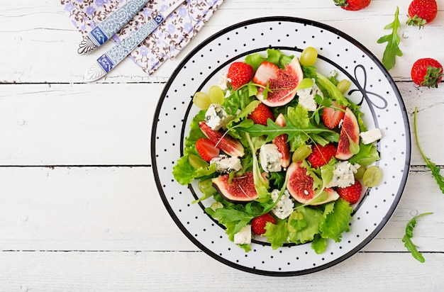 イチジク、イチゴ、ブドウ、ブルーチーズ、レタスを使った簡単なベジタリアンサラダ。 。