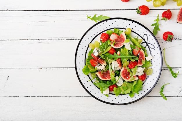 イチジク、イチゴ、ブドウ、ブルーチーズ「ドルブル」とレタスの簡単ベジタリアンサラダ。 。