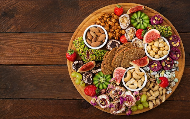 Смешать фрукты и орехи, здоровое питание, турецкие сладости, есть постное.