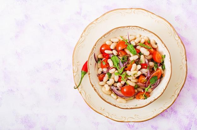白豆、トマト、ルッコラ、赤玉ねぎ、コショウのサラダ。