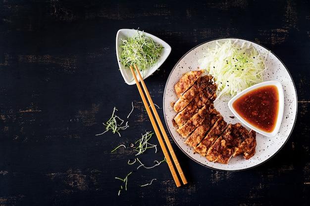Японская отбивная с капустой и соусом тонкацу. ,