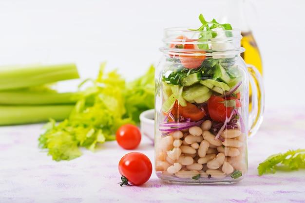 白豆、トマト、セロリ、キュウリ、ルッコラ、赤玉ねぎ、フェタチーズの瓶入りサラダ。
