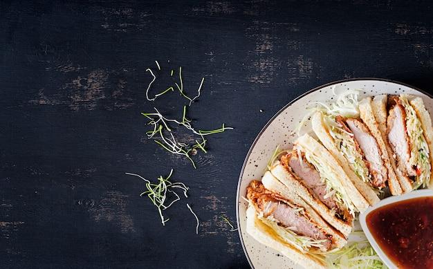 パン粉ポークチョップ、キャベツ、とんかつソースの和風サンドイッチ。