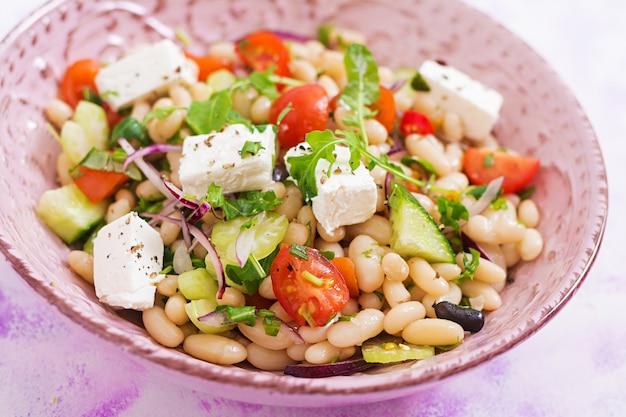 白豆、トマト、セロリ、キュウリ、ルッコラ、赤玉ねぎ、フェタチーズのボウルのサラダ
