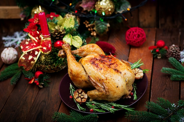明るい見掛け倒しとキャンドルで飾られた七面鳥を添えてクリスマステーブル