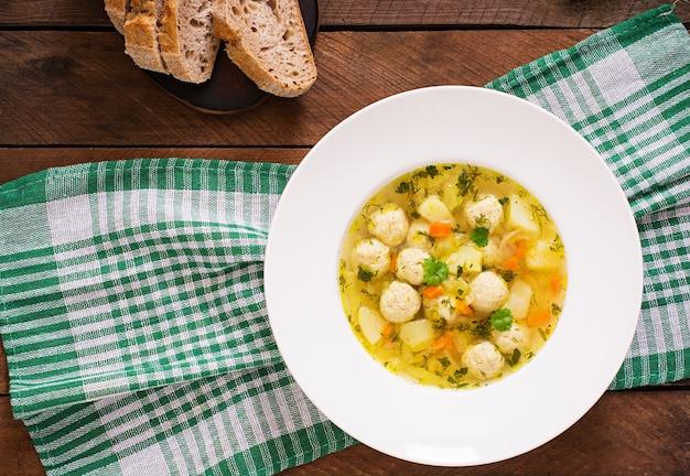 Диетический суп с куриными фрикадельками и стеблями сельдерея