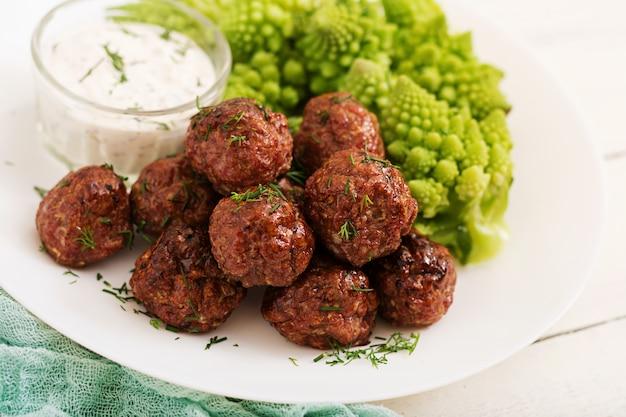 キャベツの茹でたてロマネスコの焼き肉ミートボールと付け合わせ