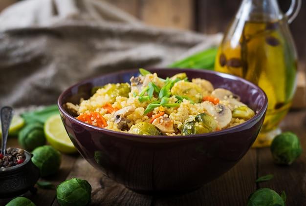 Вегетарианский салат из кускуса с брюссельской капустой, грибами, морковью и специями