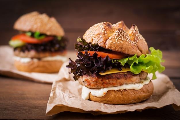 ジューシーな七面鳥のハンバーガー、チーズ、トマト、タルタルソースのハンバーガー