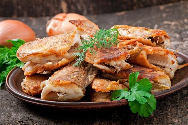 Рыбное блюдо - жареная рыба и зелень