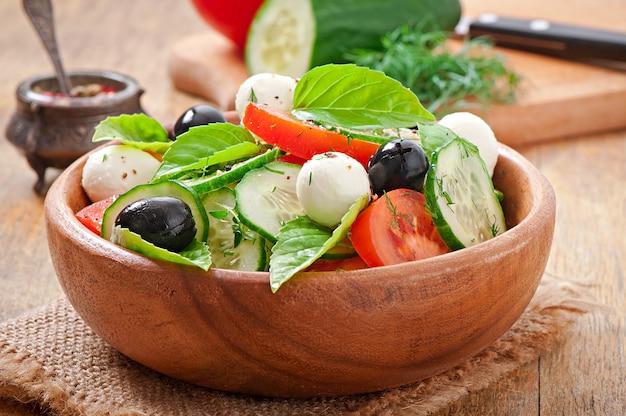 Греческий салат из свежих овощей, крупным планом