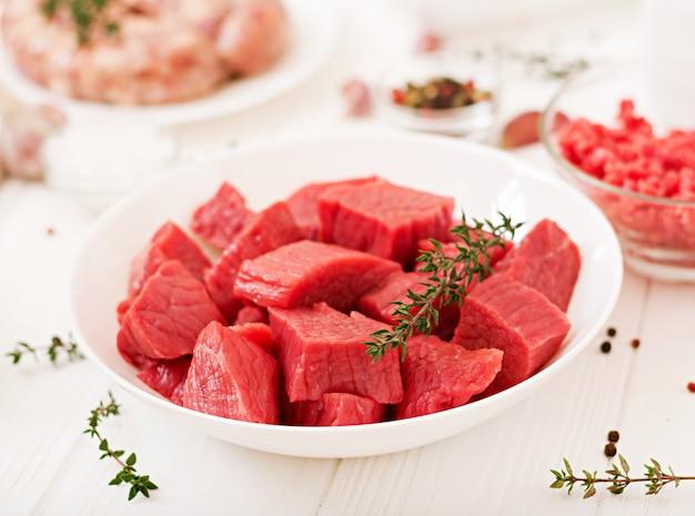 みじん切りの生肉。肉挽き器を用いて肉を準備するプロセス。自家製ソーセージ。牛ひき肉。
