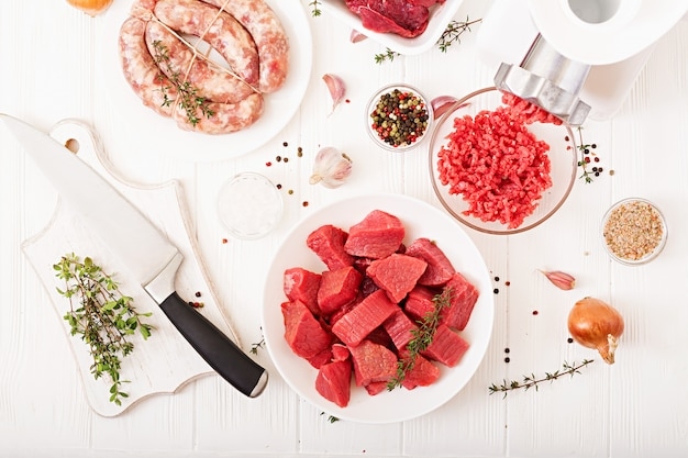 みじん切りの生肉。肉挽き器を用いて肉を準備するプロセス。自家製ソーセージ。牛ひき肉。上面図