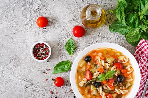 ミネストローネ、パスタとイタリアの野菜スープ。ビーガンフード。上面図。フラット横たわっていた。